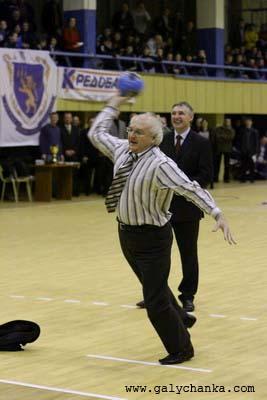 Турнір відрив ректор університету ім. І. Франка Іван Вакарчук своїм семиметровим кидком по воротах, які захищала Анастасія Безсмертна